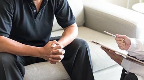 医師と治療の相談をする男性のイメージ